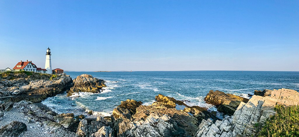 Photo of Maine lighthouse and coastline